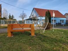 Nová lavice pronejen-zamilované